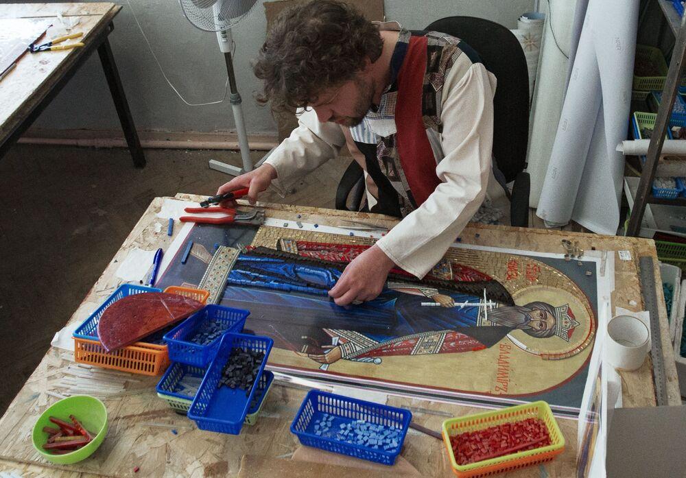 """Artysta pracowni mozaiki """"TAWR"""" Oleg Kostenko wykonuje mozaikę ikony św. księcia Włodzimierza, która zostanie ustawiona wraz z krzyżem przy wjeździe do kosmodromu Wostocznyj w obwodzie amurskim."""