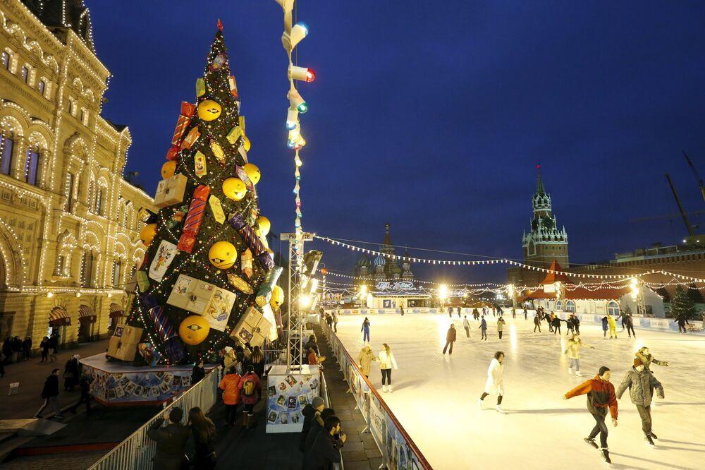 Lodowisko obok choinki bożonarodzeniowej na Placu Czerwonym