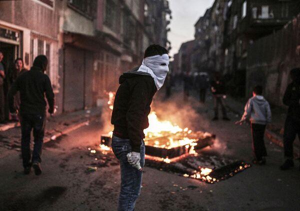 Protestant w masce podczas starcia z turecką policją w Stambule - Sputnik Polska