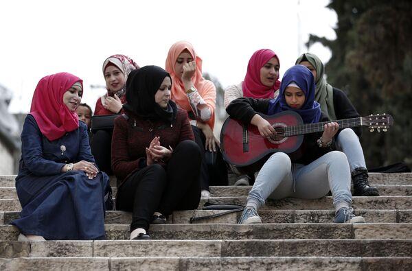 Młoda palestynka gra na gitarze dla koleżanek - Sputnik Polska