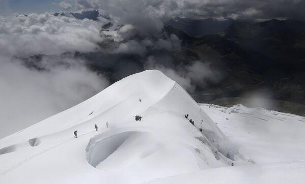 Kobiety schodzą z góry Huayna Potosi w Boliwii - Sputnik Polska