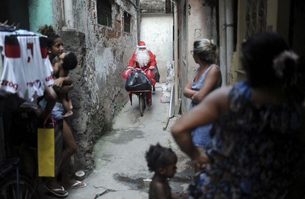 Święty Mikołaj na rowerze w Rio de Janeiro - Sputnik Polska