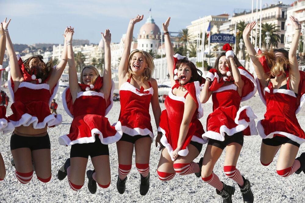 Dziewczyny w strojach świętego Mikołaja w Nicei