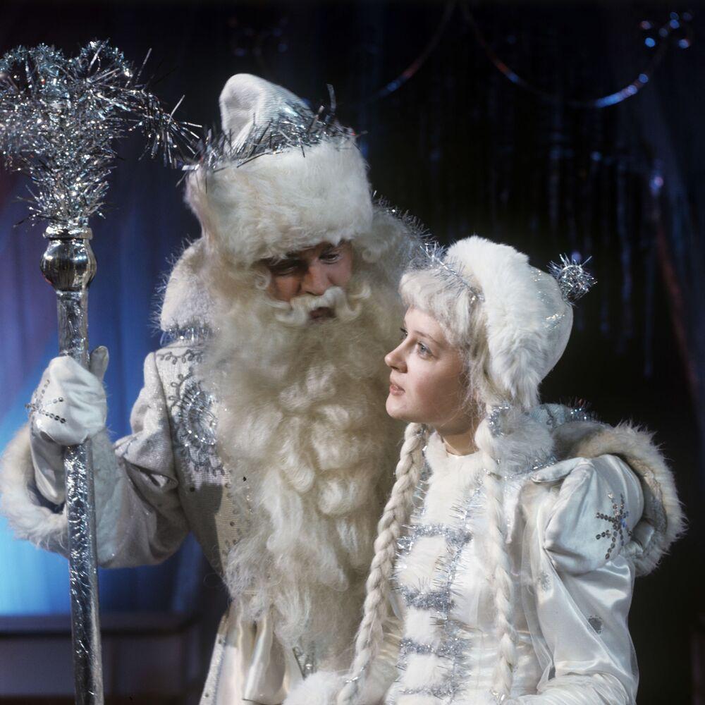 Dziadek Mróz i Śnieżynka na noworocznej imprezie dla dzieci w Moskwie