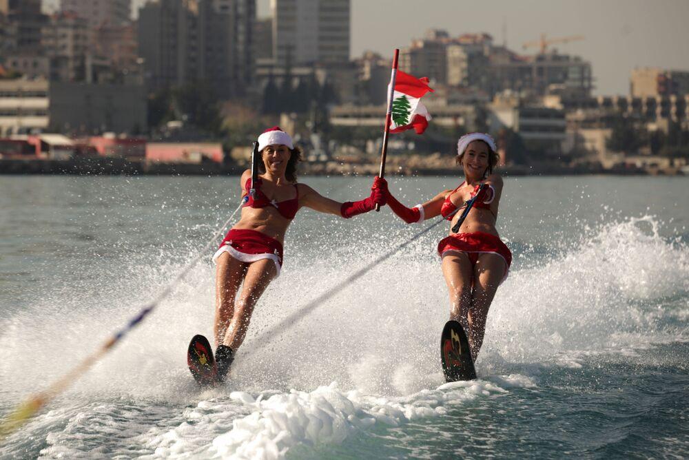 Dziewczyny w strojach świętego Mikołaja w Libanie
