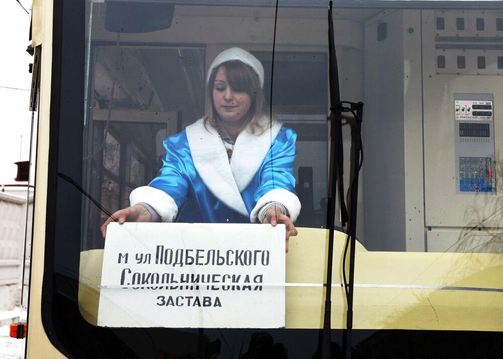 Kierowca transportu publicznego w Moskwie w stroju Śnieżynki