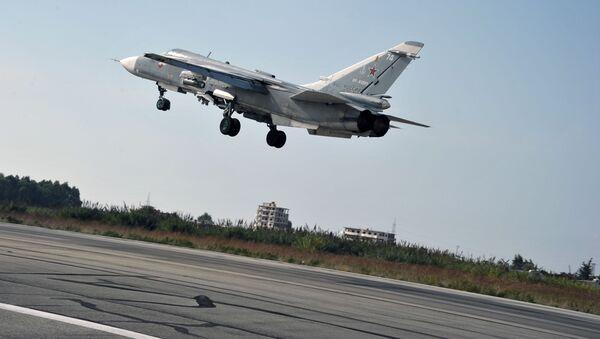 Rosyjski samolot bombowy Su-24 startuje z bazy lotniczej Hmeimim w syryjskiej prowincji Latakia - Sputnik Polska