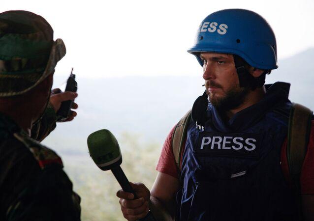 Dziennikarz RT Sargon Hadaya przy pracy