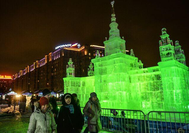 Rzeźba z lodu na festiwalu Lodowa Moskwa. W gronie rodziny