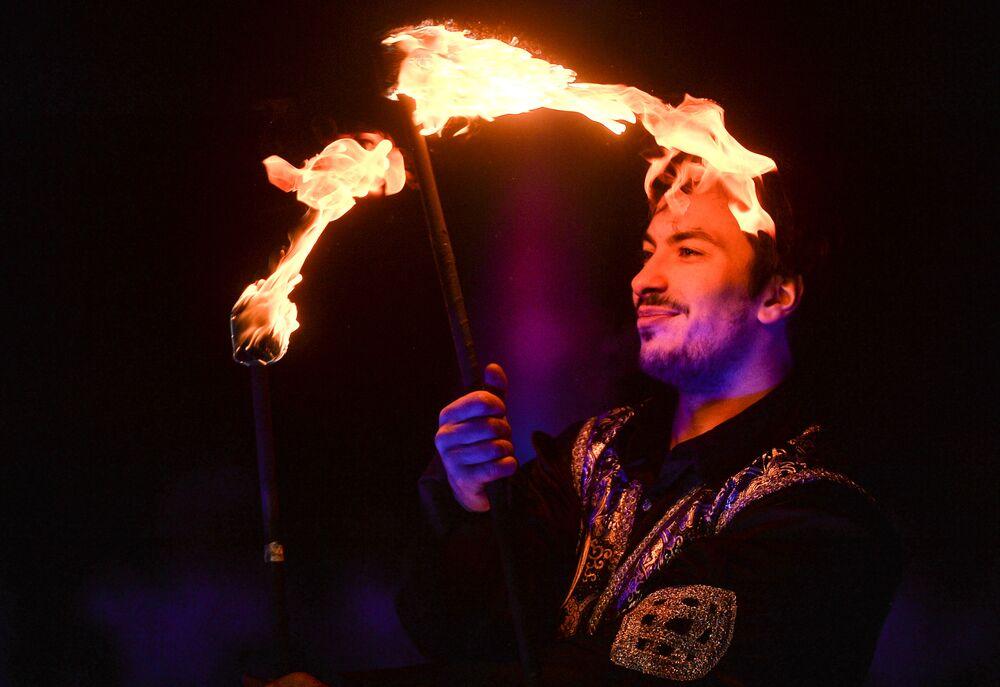 Uczestnik Fireshow na festiwalu Lodowa Moskwa. W gronie rodziny