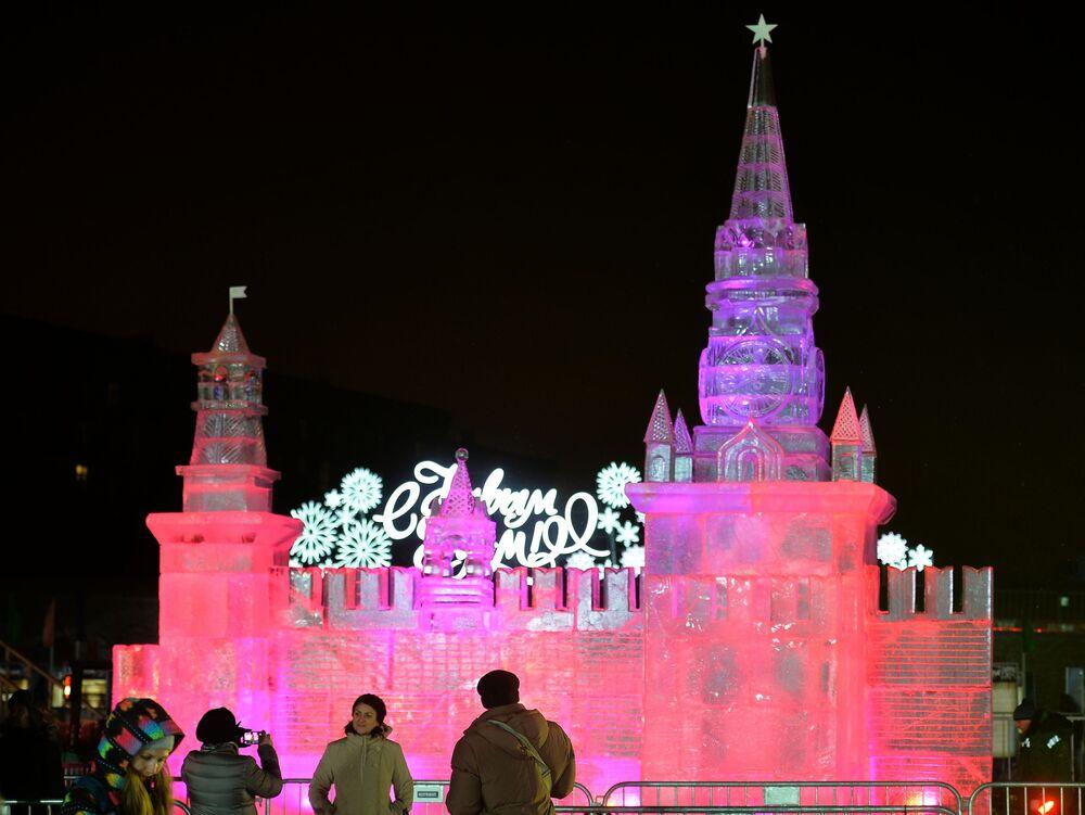 Rzeźba z lodu na festiwalu Lodowa Moskwa. W gronie rodziny w Moskwie