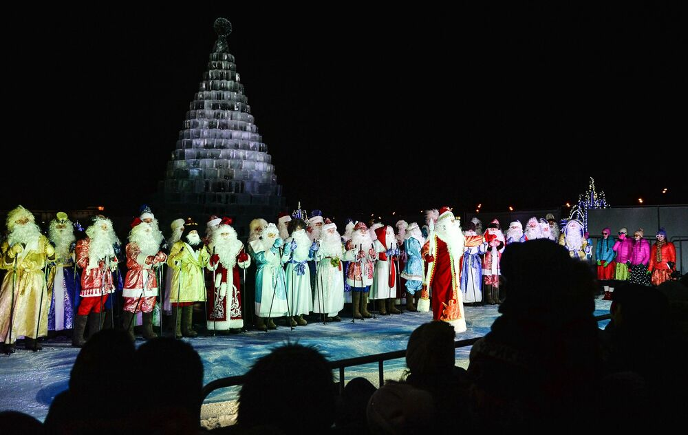 Dziadkowie Mrozy na otwarciu festiwalu Lodowa Moskwa. W gronie rodziny w Moskwie
