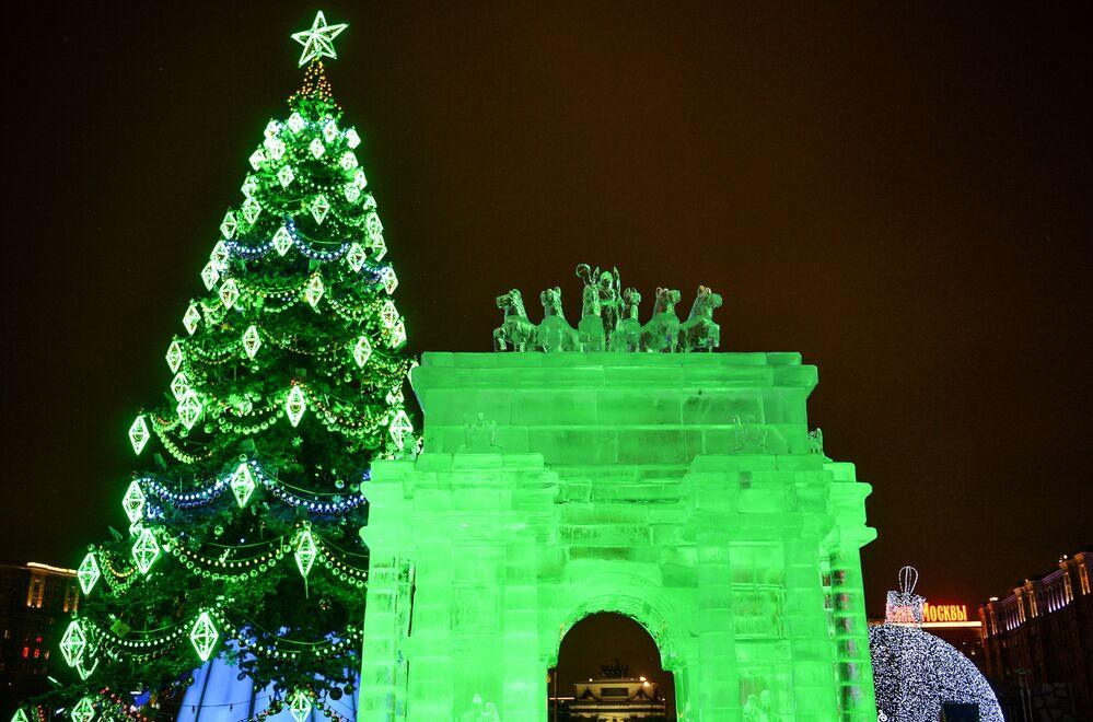 Łuk triumfalny z lodu na festiwalu w Moskwie