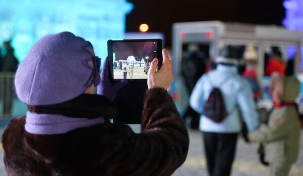Kobieta robi zdjęcie na otwarciu festiwalu Lodowa Moskwa. W gronie rodziny - Sputnik Polska