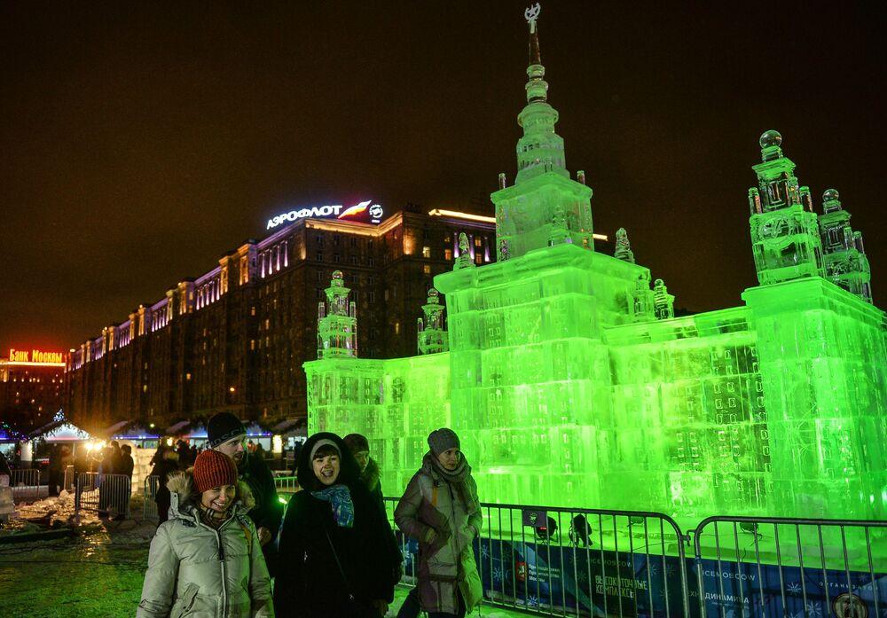 Rzeźba na festiwalu Lodowa Moskwa. W gronie rodziny
