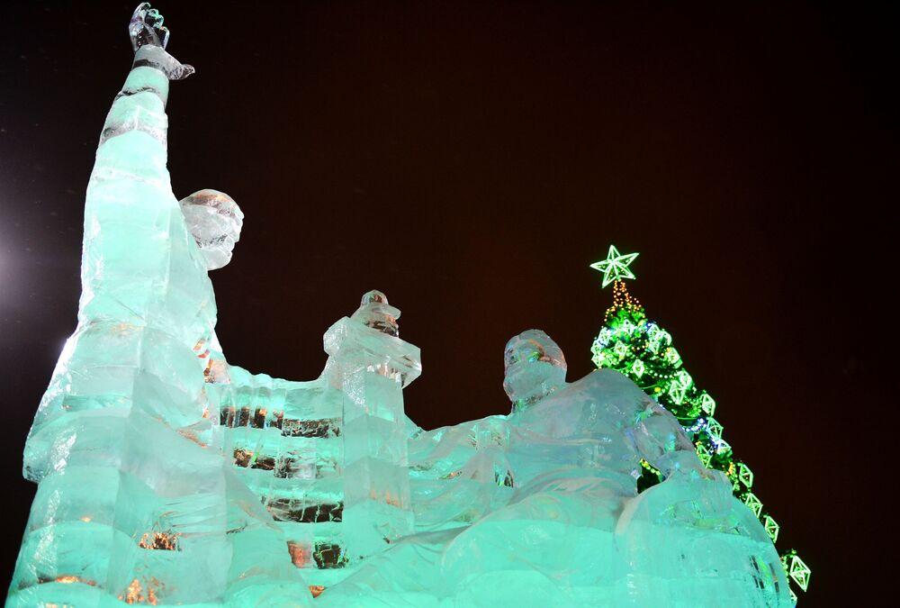 Rzeźba Minina i Pożarskiego z lodu na festiwalu w Moskwie