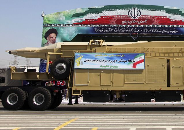 Irański pociski balistyczny Sadżil podczas defilady wojskowej w Teheranie