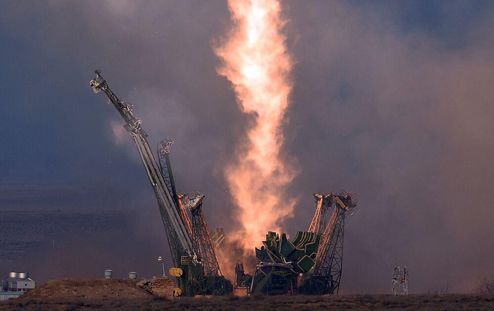 Start rakiety nośnej Sojuz-FG z rakietą pilotowaną Sojuz ТМА-19М z kosmodromu Bajkonur.