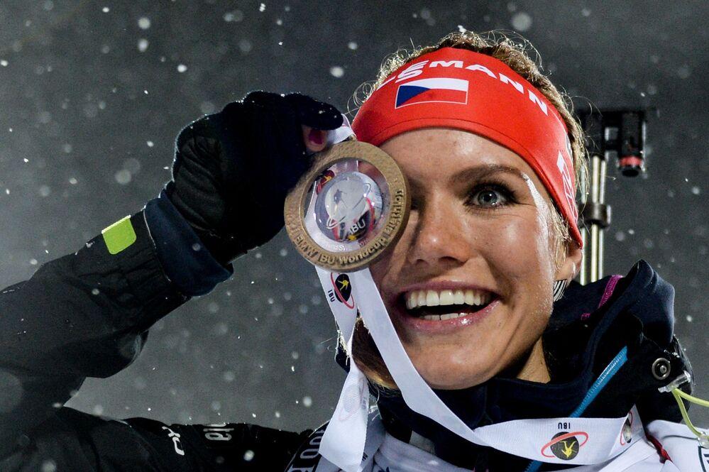 Gabriela Soukalová (Czechy), która zajęła 1 miejsce w sprincie kobiet podczas pierwszego etapu Pucharu Świata w biathlonie w sezonie 2015/16 w szwedzkim Estersunde, podczas ceremonii wręczenia nagród.