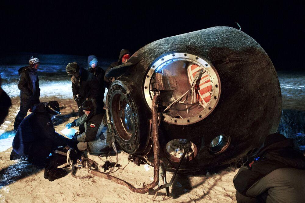 """Aparat lądowniczy """"Sojuz ТМА-17М po lądowaniu."""