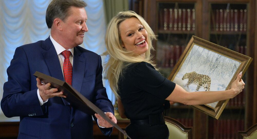 Kierownik administracji prezydenta Federacji Rosyjskiej Siergiej Iwanow i członkini rady konsultacyjnej Międzynarodowej Fundacji Ochrony Zwierząt IFAW Pamela Anderson podczas spotkania na Kremlu.