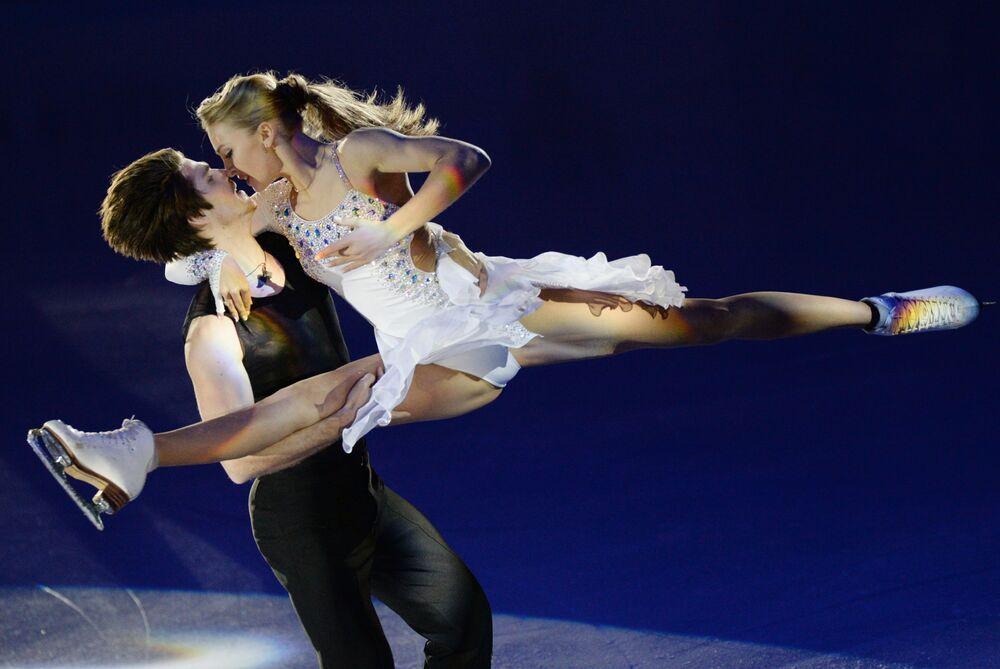 Aleksandra Stepanowa i Iwan Bukin występują na pokazach podczas Mistrzostw Rosji w łyżwiarstwie figurowym w Jekaterynburgu.