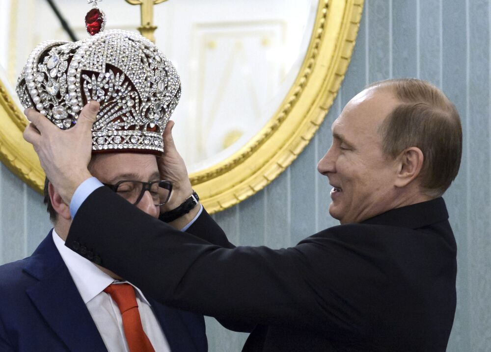 Prezydent Rosji Władimir Putin nakłada koronę na głowę dyrektora artystycznego Teatru Estrady Giennadija Chazanowa.