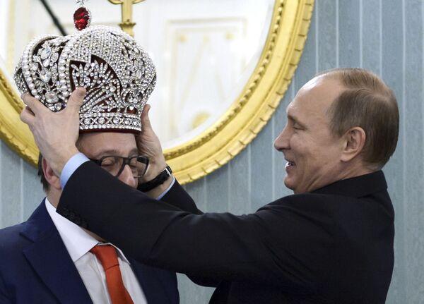 Prezydent Rosji Władimir Putin nakłada koronę na głowę dyrektora artystycznego Teatru Estrady Giennadija Chazanowa. - Sputnik Polska