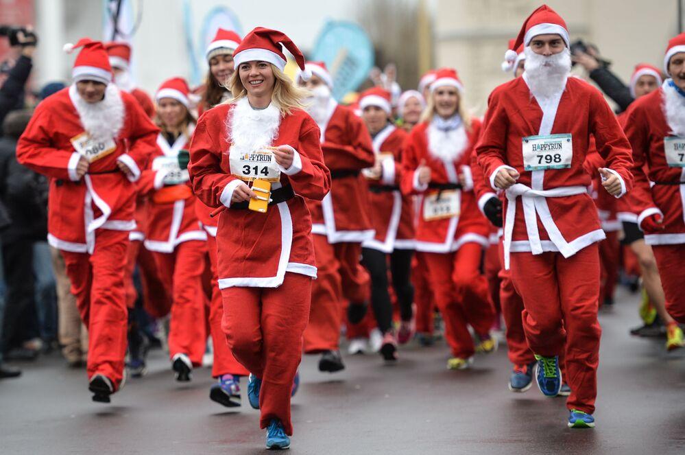 Uczestnicy charytatywnego biegu św. Mikołajów Happy Run na WDNH w Moskwie.