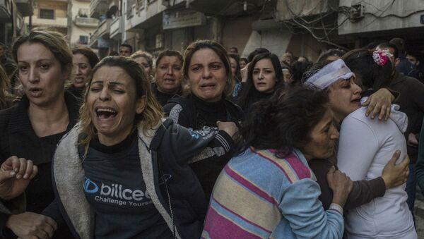Krewni ofiar i poszkodowanych w atakach terrorystycznych w centrum miasta Homs. 12 grudnia terroryści wysadzili w powietrze samochód obok szpitala al-Ahli. - Sputnik Polska