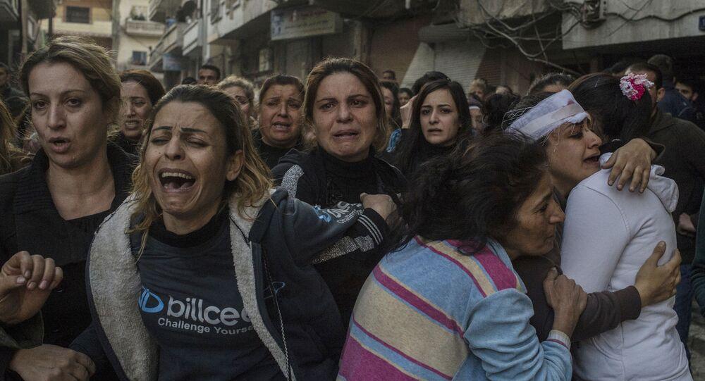 Krewni ofiar i poszkodowanych w atakach terrorystycznych w centrum miasta Homs. 12 grudnia terroryści wysadzili w powietrze samochód obok szpitala al-Ahli.