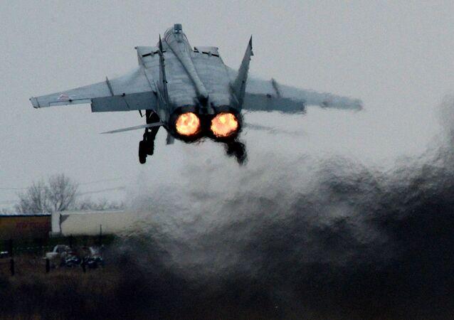 """Myśliwiec MiG-31 dokonuje wzlotu podczas manewrów lotniczo-taktycznych Wschodniego Okręgu Wojennego na lotnisku """"Centralnaja Ugłowaja"""" w Kraju Nadmorskim."""
