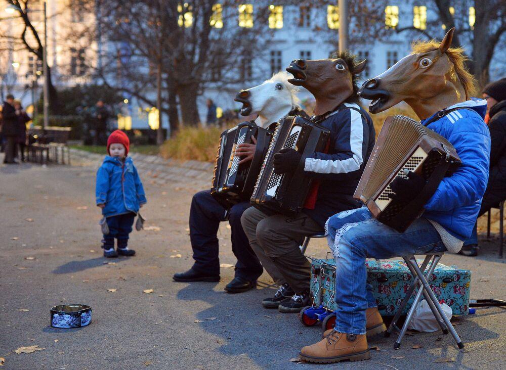 Uliczna grupa muzyczna występuje na bożonarodzeniowym jarmarku na Karlsplatz w Wiedniu.
