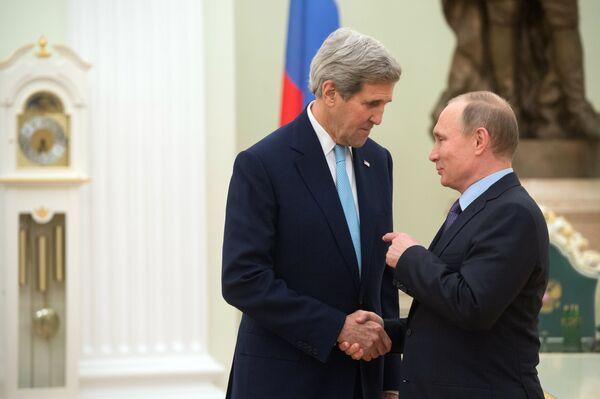 Prezydent Rosji Władimir Putin (z prawej) i sekretarz stanu USA John Kerry podczas spotkania na Kremlu. - Sputnik Polska