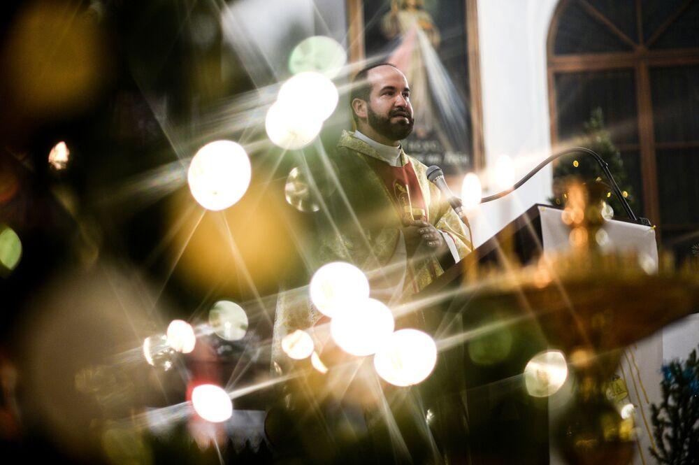 Kapłan podczas obchodów katolickiego Bożego Narodzenia w świątynii św. św. Apostoła Piotra i Pawła w Nowogrodzie Wielkim.