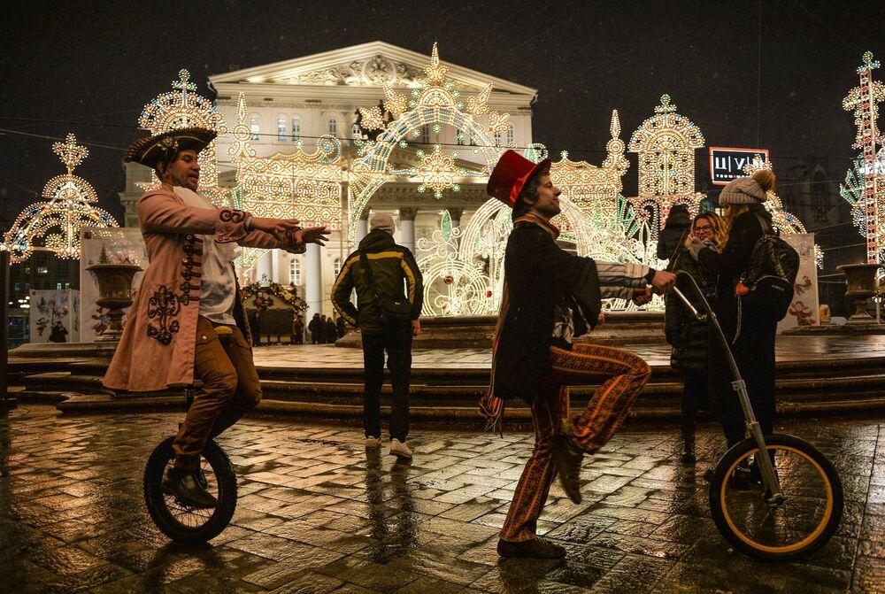 """Odsłonięcie obiektu artystycznego """"Korona"""" w ramach festiwalu """"Świało Bożego Narodzenia"""" na Placu Teatralnym."""