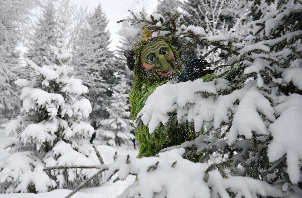 Aktor w kostiumie Szurale (Boruty) w rezydencji Kysz Babaja i Kar Kyzy we wsi Jana Kyrlaj w rejonie arskim w Republice Tatarstan.
