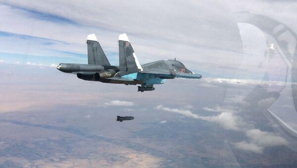 Wielozadaniowy bombowiec taktyczny Su-34 przeprowadza naloty w prowincjach Ar-Rakka i Aleppo. - Sputnik Polska