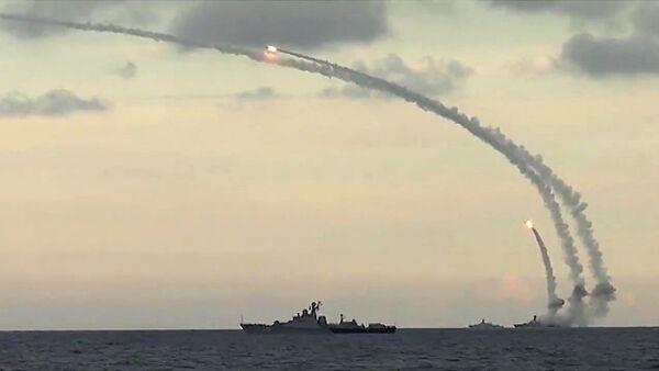 Zmasowany atak przeprowadzony z użyciem 18 pocisków manewrujących Kalibr-NK na siedem celów w prowincjach Ar-Rakka, Idlib i Aleppo z basenu Morza Kaspijskiego z okrętów Flotylli Kaspijskiej Federacji Rosyjskiej. - Sputnik Polska