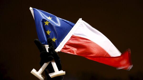 Flaga Polski i Unii Europejskiej - Sputnik Polska