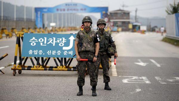 Południowokoreańscy żołnierze na punkcie kontrolnym rozdzielającym oba państwa w Paju - Sputnik Polska