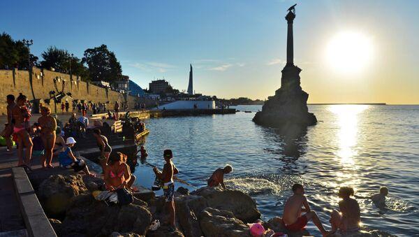 Turyści i mieszkańcy miasta przy pomniku zatopionych statków w Sewastopolu - Sputnik Polska