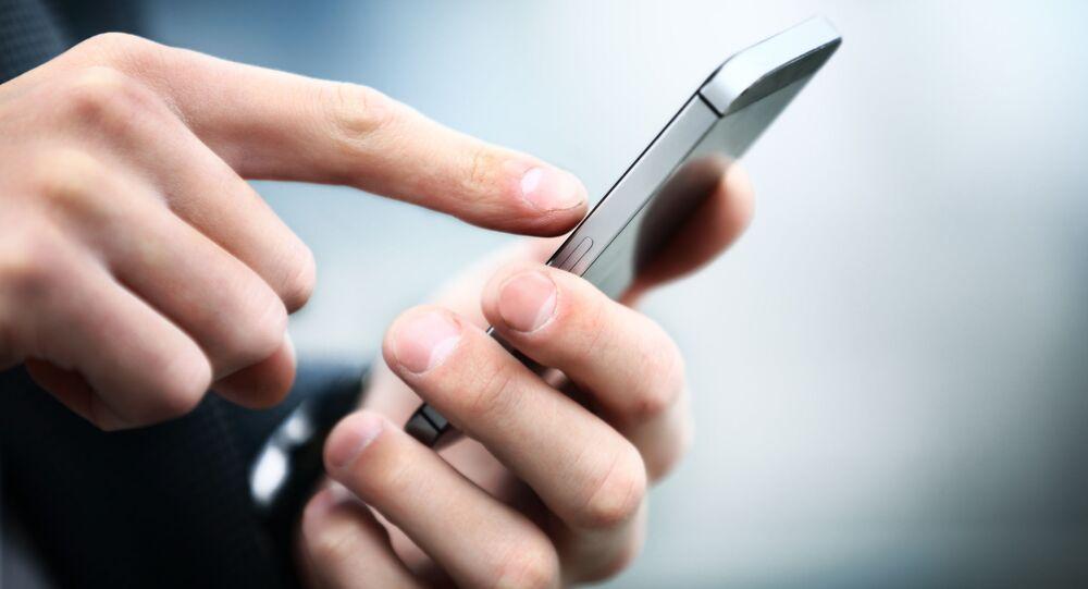 Mężczyzna trzymający telefon komórkowy