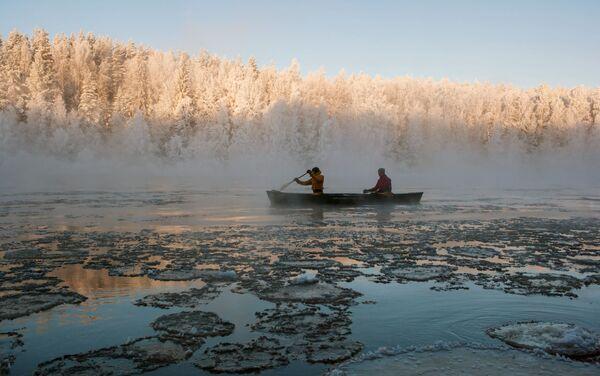 Instruktorzy kompleksu turystycznego Karjala Park płyną kajakiem po rzece Szuja w Karelii - Sputnik Polska
