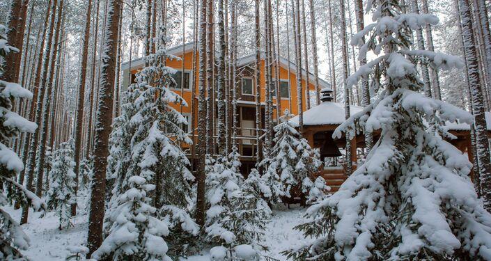 Domek dla gości w lesie na terenie kompleksu turystycznego Karjala Park w Karelii