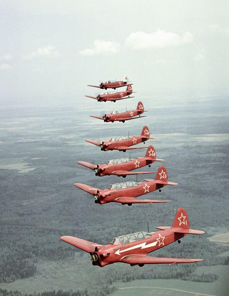 Samoloty Jak-18 w powietrzu
