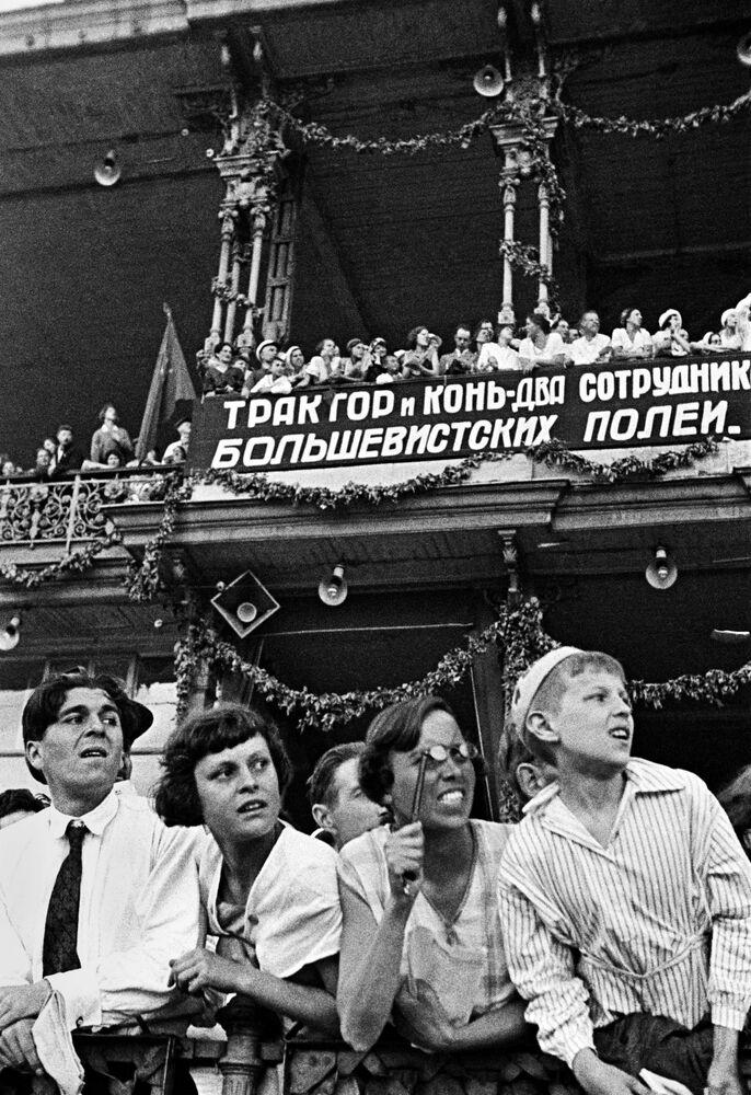 Widzowie na Moskiewskim hipodromie