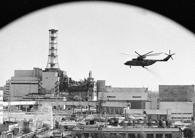 Śmigłowce prowadzą dekontaminację budynków po awarii jądrowej w Czarnobylu