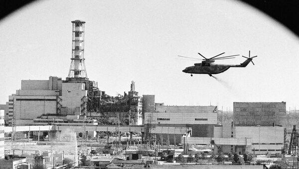 Śmigłowce prowadzą dekontaminację budynków po awarii jądrowej w Czarnobylu - Sputnik Polska