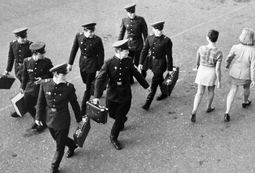 Żołnierze patrzą w ślad dziewczynom